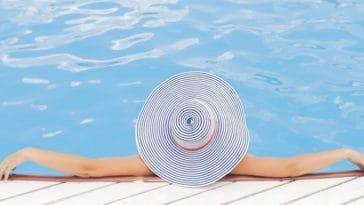 femme piscine relaxation