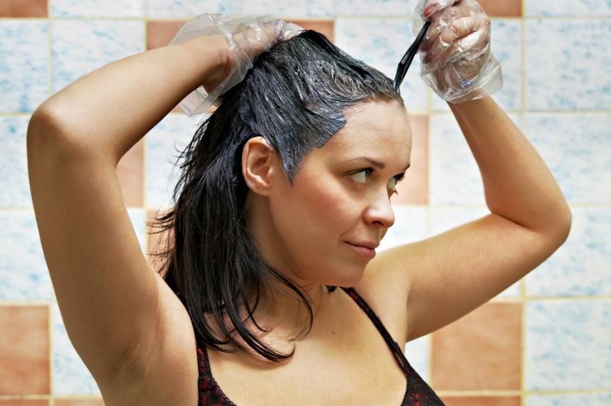 femme cheveux traces de coloration sur la peau