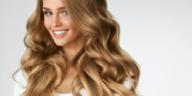 femme cheveux longs ondulés sourire