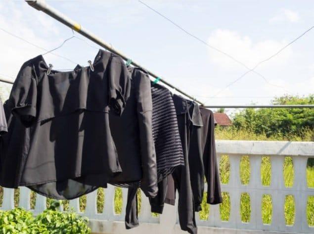 linge noir vêtements étendu sechage