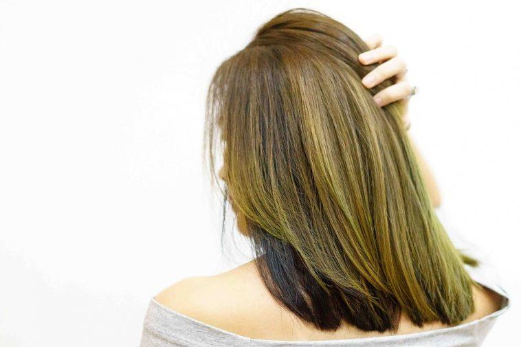 Cheveux brun avec reflet vert
