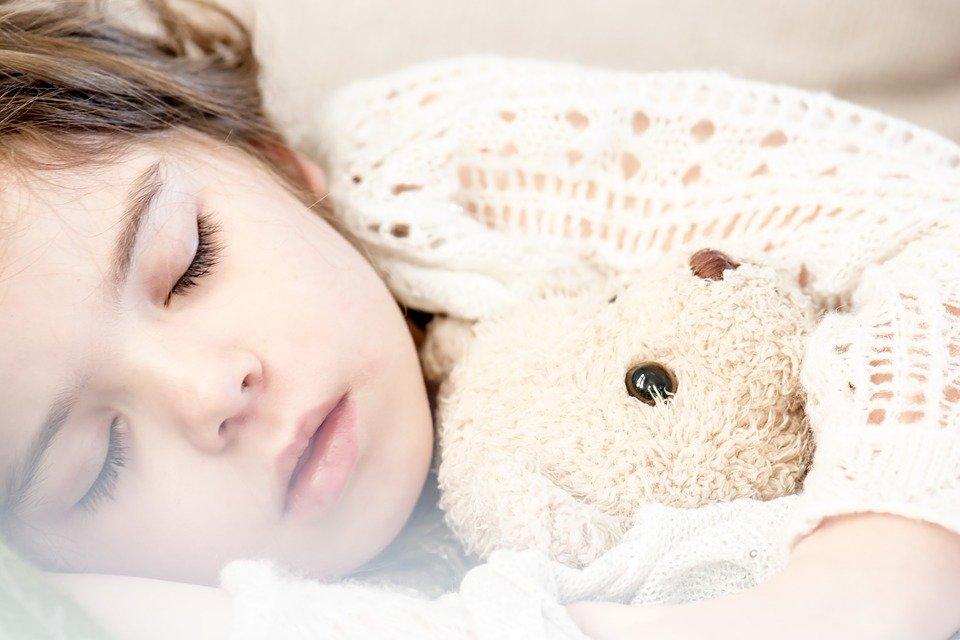 enfant dort peluche pipi au lit