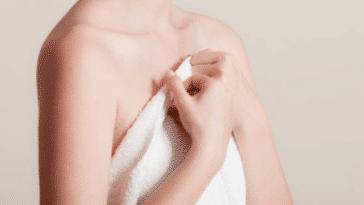 serviette bain douche poitrine