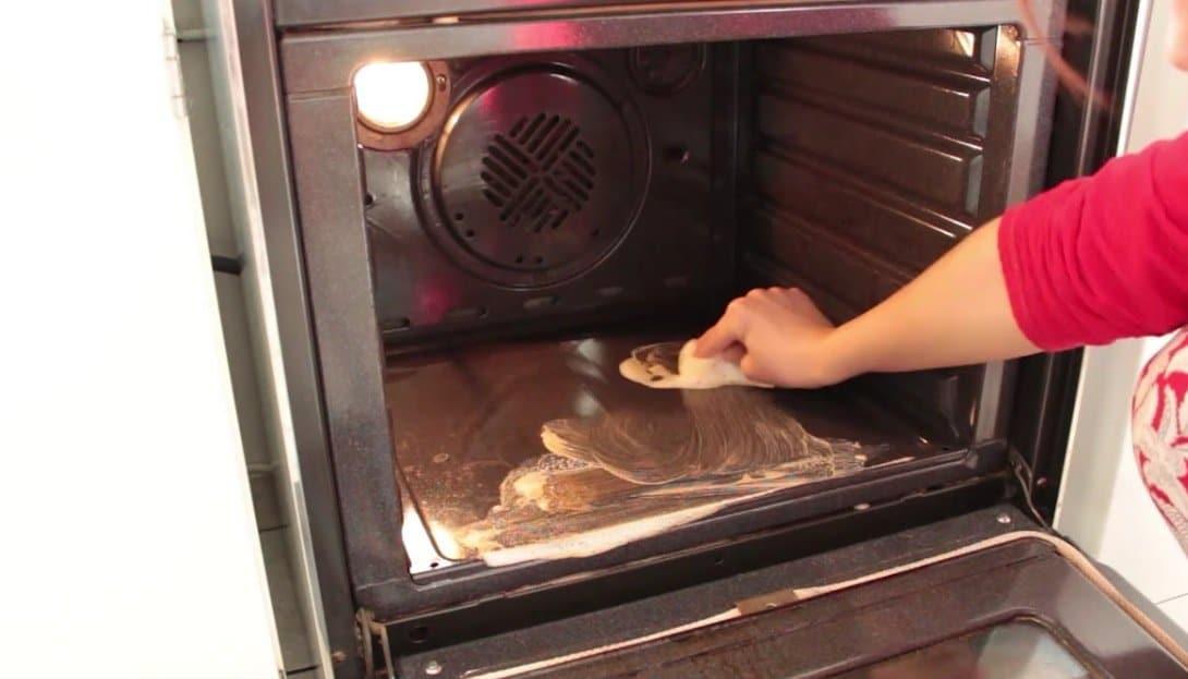 tape par tape d couvrez comment nettoyer efficacement l 39 int rieur du four astuces de grand m re. Black Bedroom Furniture Sets. Home Design Ideas