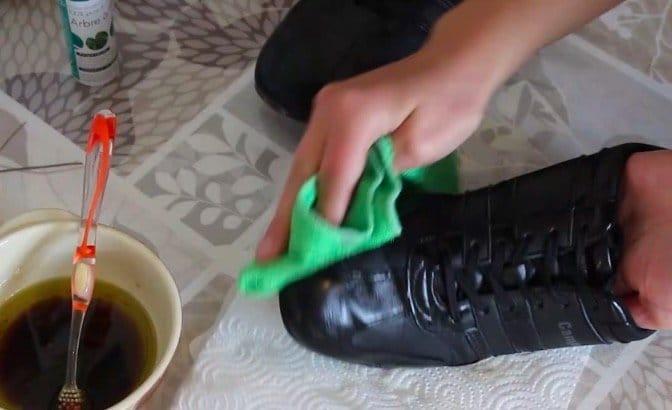 une astuce avec 3 fois rien pour nourrir ses chaussures en cuir. Black Bedroom Furniture Sets. Home Design Ideas