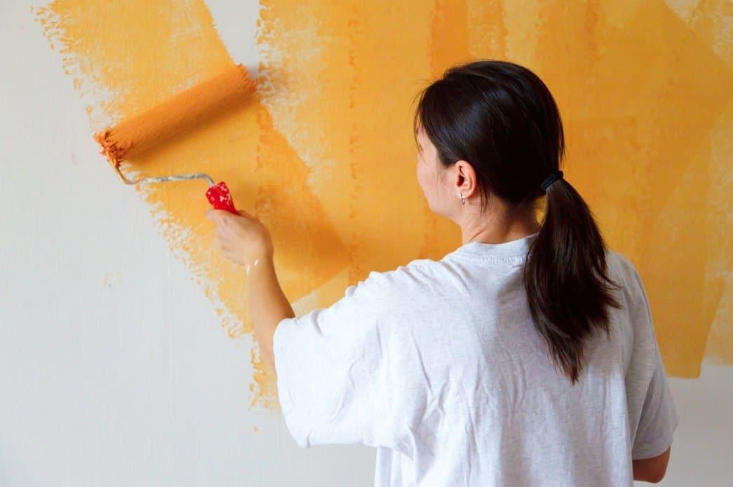 femme qui peint peinture rouleau