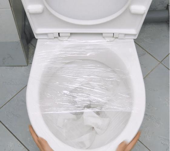 une astuce insolite pour d boucher les toilettes. Black Bedroom Furniture Sets. Home Design Ideas