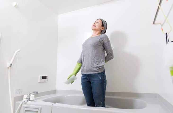 l 39 astuce trop bizarre qui permet de nettoyer la baignoire sans se casser le dos. Black Bedroom Furniture Sets. Home Design Ideas