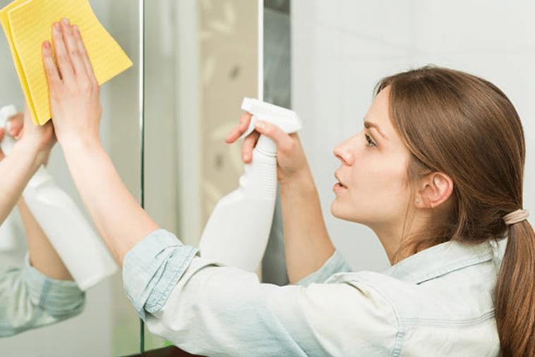 Miroirs 10 astuces maison pour les nettoyer sans laisser for Regarde toi dans un miroir