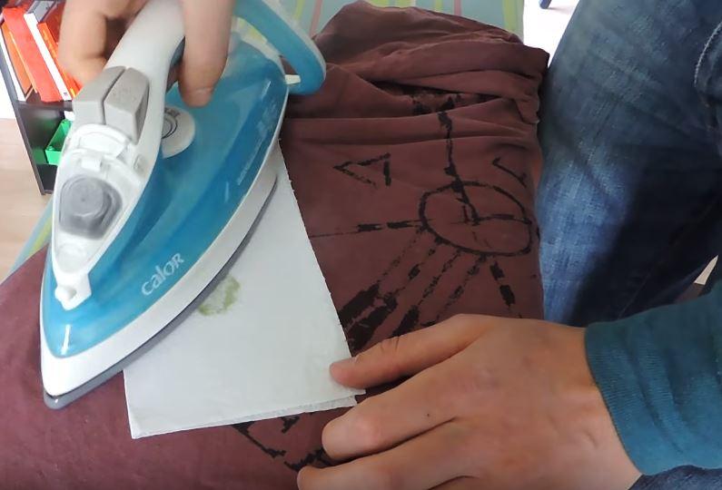 Une technique simple pour retirer une tache de cire de - Comment enlever de la cire de bougie sur une nappe ...