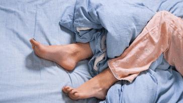 lit jambes sans repos draps dormir