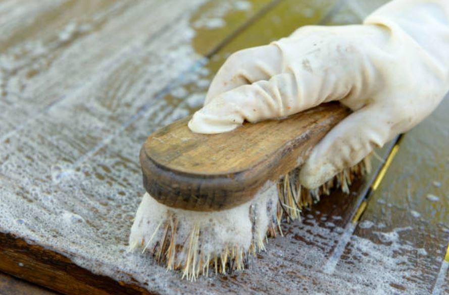 3 astuces g niales pour nettoyer d tacher et prot ger les meubles en bois brut. Black Bedroom Furniture Sets. Home Design Ideas