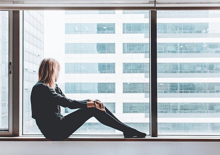 femme fenêtres