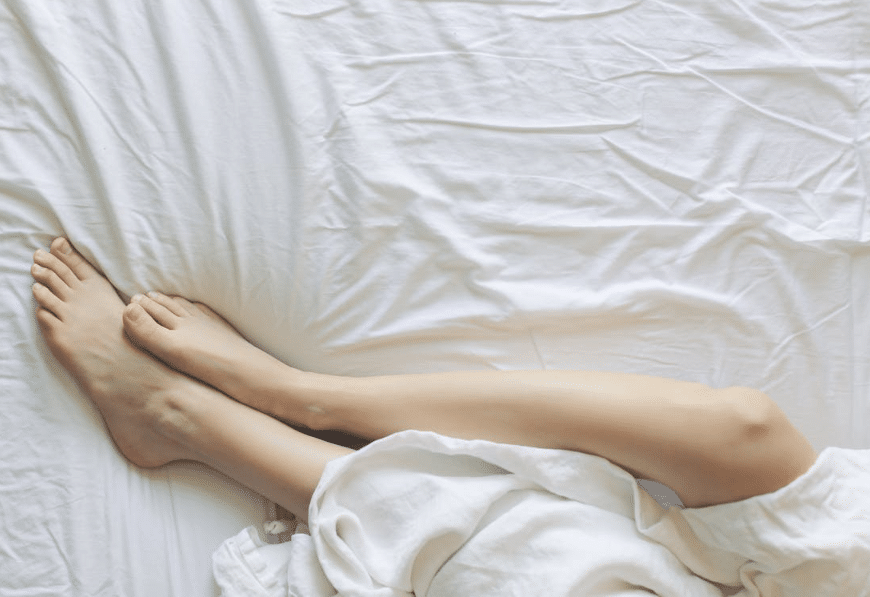 Jambes mollet cuisse crampe pieds lit draps
