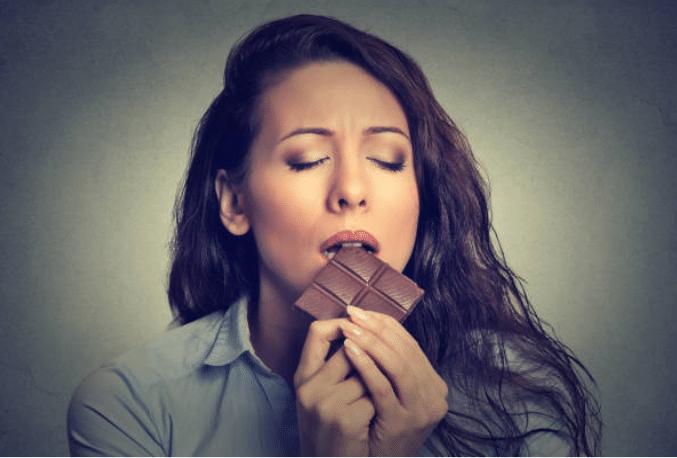 femme mange chocolat magnésium fringale faim gourmandise