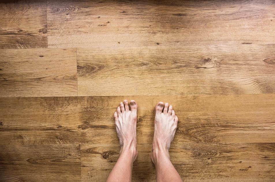 pieds nus sol parquet bois
