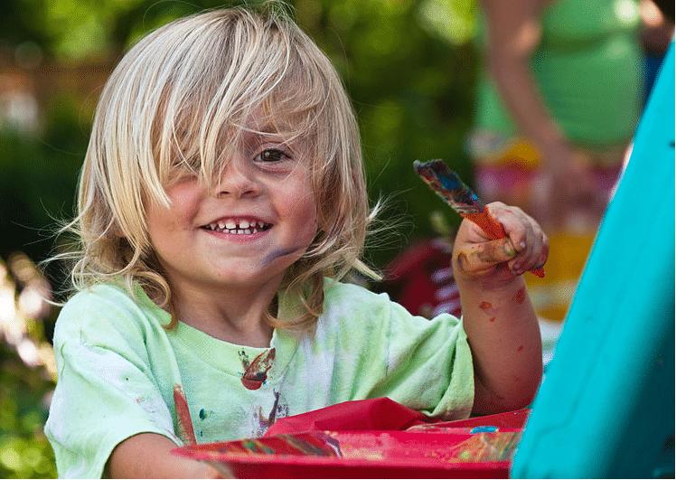enfant peinture peint dessine taches de peinture