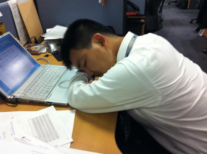 somnolence au travail dort sieste fatigue au bureau