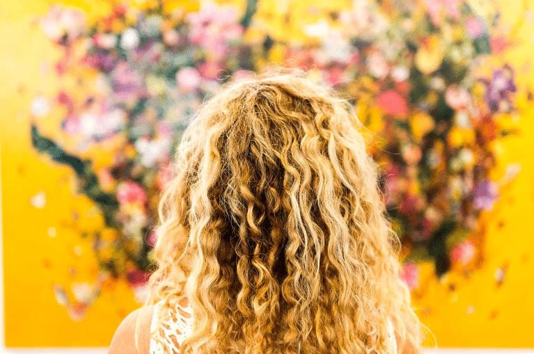 cheveux bouclés blonds