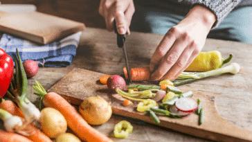 cuisine légumes avec la peau découper planche en bois