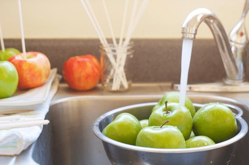 laver lavage nettoyage pommes eau du robinet rinçage
