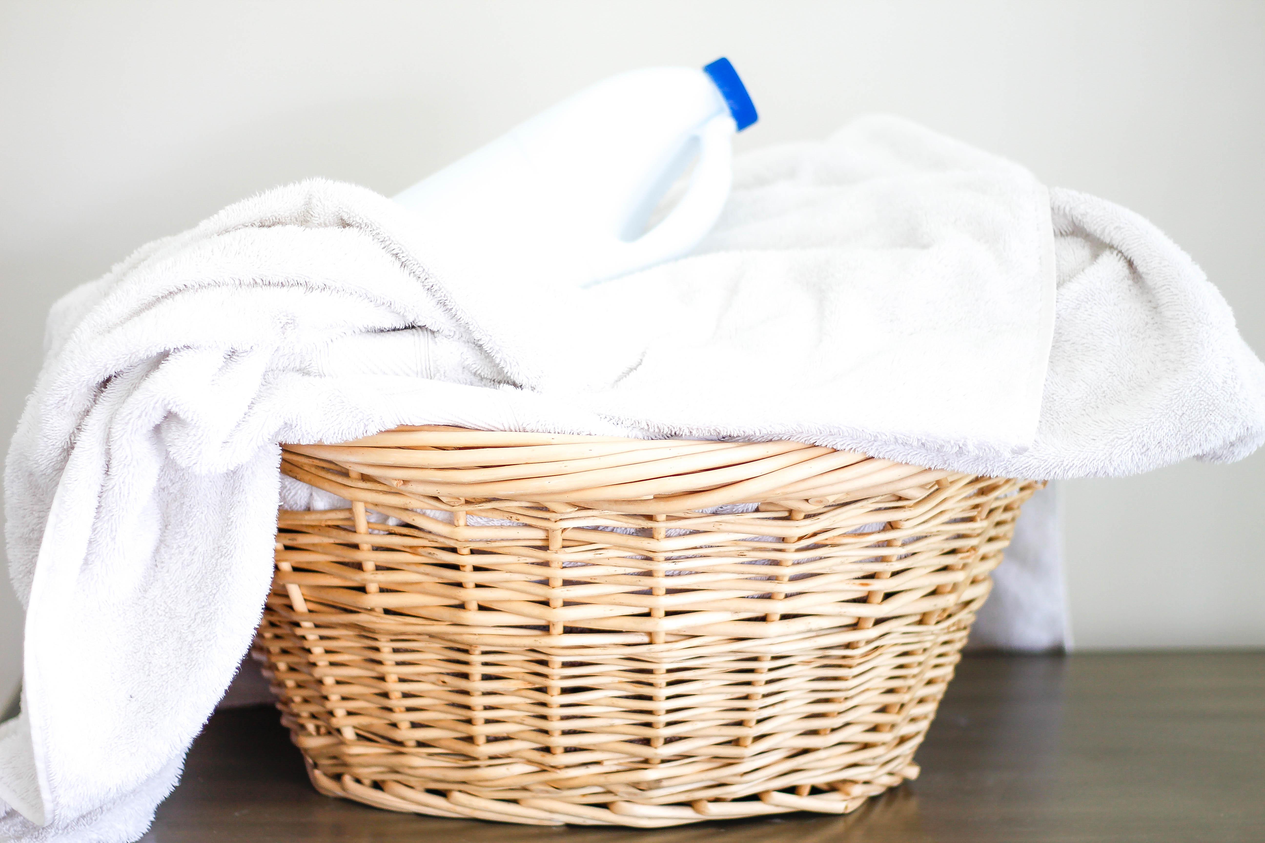 linge-blanc-lessive-spéciale-panier-à-linge-serviettes-blanches-éclatantes-propres