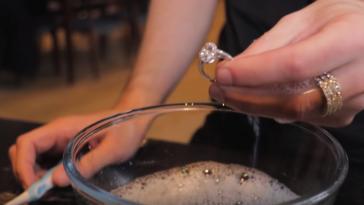 nettoyer ses bijoux avec une brosse à dents et de l'eau savonneuse