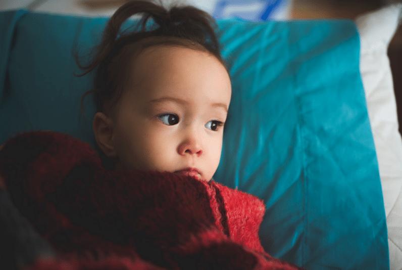 petite fille enfant fillette bébé malade fièvre