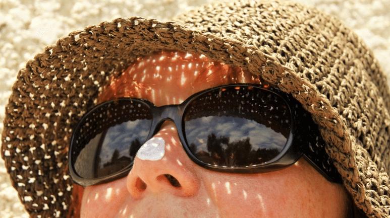 crème solaire soleil vacances protection chapeau lunettes de soleil
