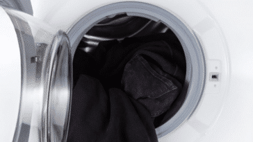 lessive machine à laver vêtements noirs