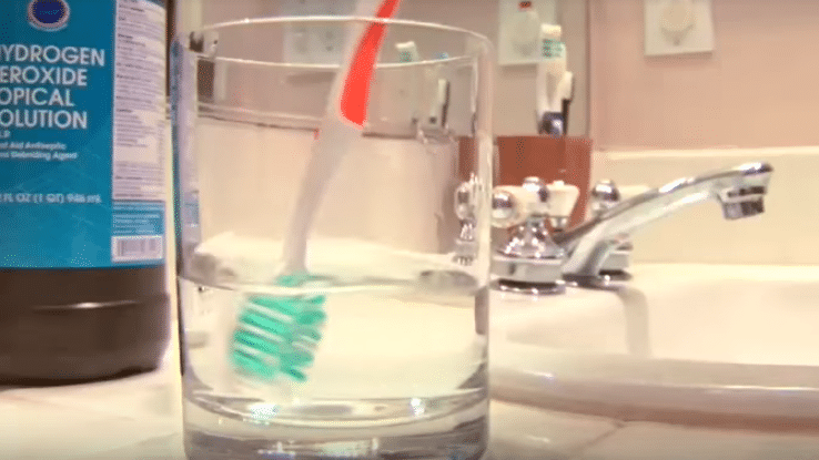 nettoyer sa brosse à dents dans de l'eau oxygénée