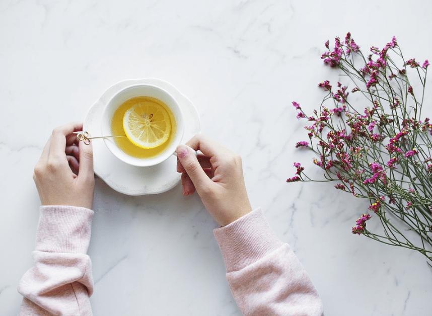 thé infusion tisane avec rondelle de citron