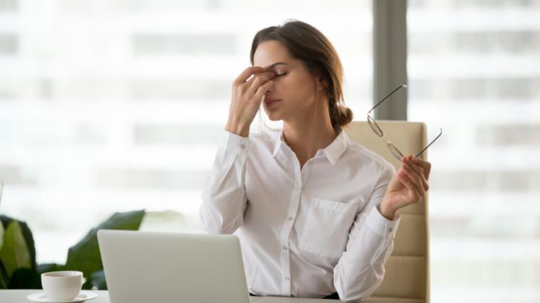 yeux secs fermés sécheresse oculaire paupières travail stress fatigue