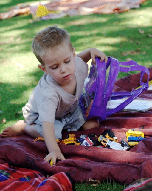 enfant en train de ranger ses jouets