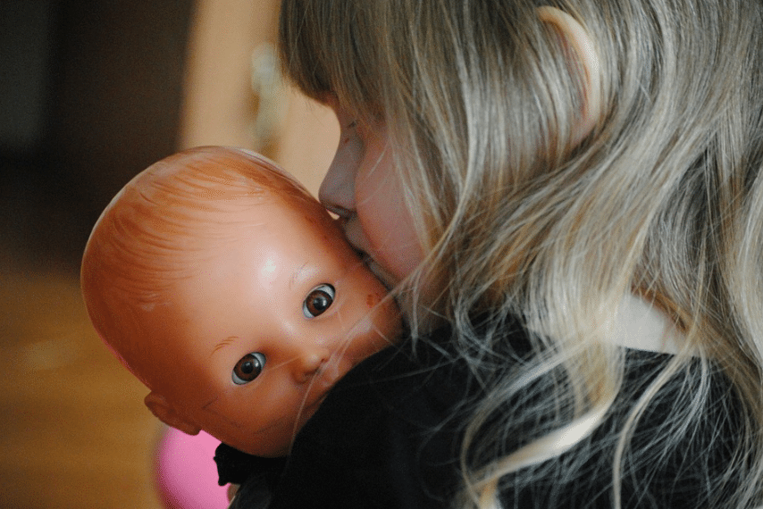 enfant joue jouet poupée