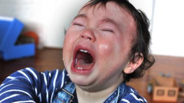 enfant petit bout qui pleure