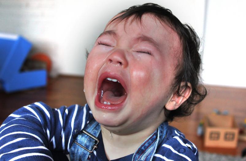 enfant petit bout qui pleure poussées dentaires
