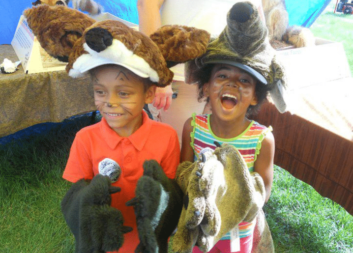 enfants jouent déguisés déguisements