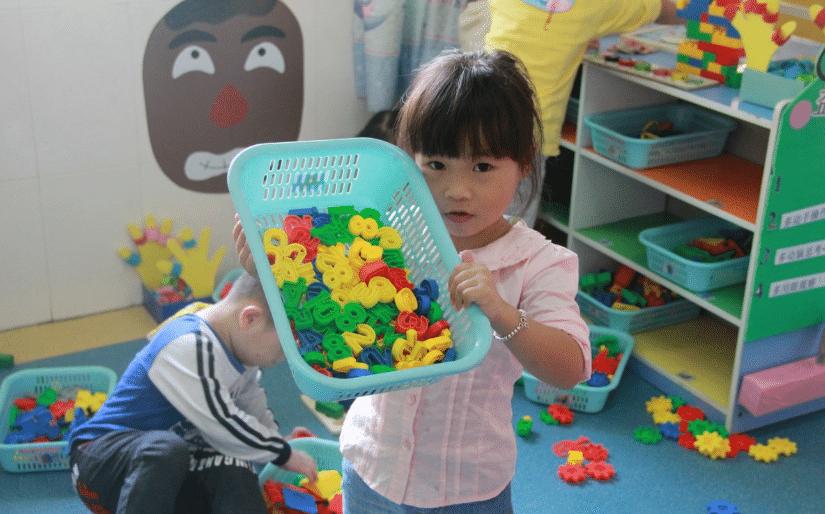 enfants jouent jouets
