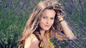 femme cheveux ondulés