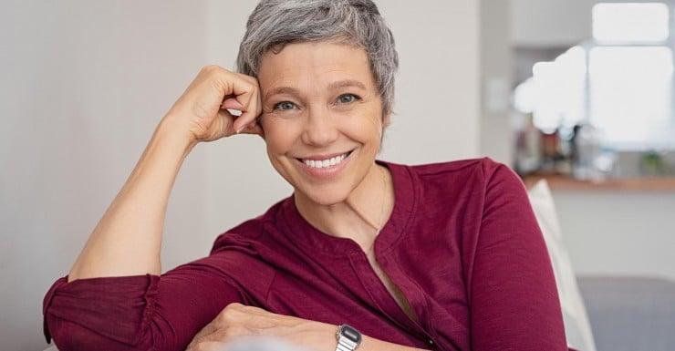 femme cheveux courts gris