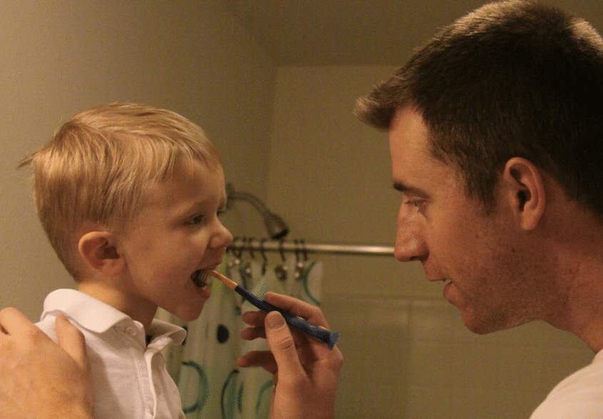 père papa enfant brosser les dents brossage