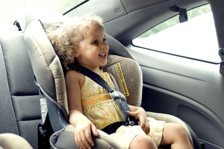 enfant fillette dans la voiture siège auto