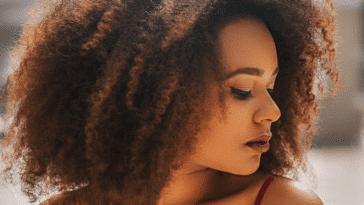 femme cheveux crépus frisés