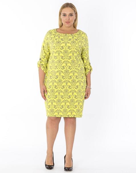 femme en robe à motifs