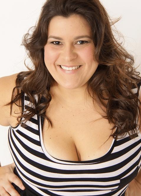 femme souriante rire sourire ronde