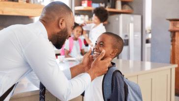 garçon se prépare pour l'école cartable parents famille