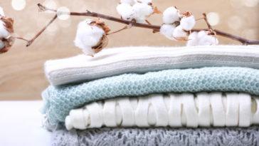 Fleur-de-coton-vêtements-tricotés-pile-de-pulls-laine