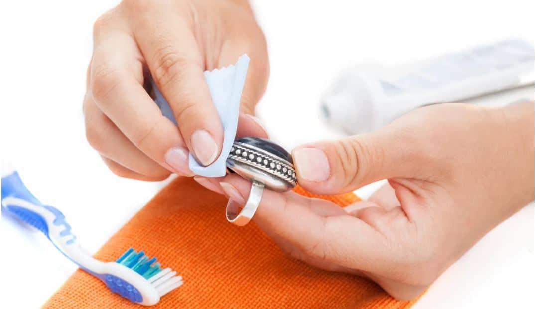 détacher bijoux avec du dentifrice