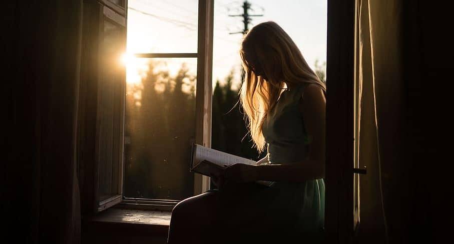 fenêtre femme lecture